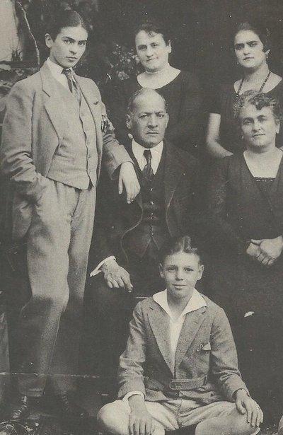 Frida-Kahlo-photo N et B famille-Atlaneastro