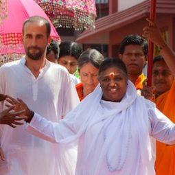 Amma-La-mere-divine-amour-famille -Maitre-indien-de-la-compassion-ashrams-Atlaneastro