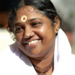 Amma-La-mère-divine-amour-famille -Maître-indien-de-la-compassion-etreint-Atlaneastro