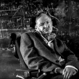 Stephen Hawking devant un tableau et des formaules à la craie espace-Atlaneastro