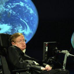 Stephen Hawking sur son fauteuil et avec la grande bleue en fond Lune-Atlaneastro