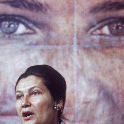 Simone Veil parlant en public devant une affiche d'elle Cancer Part.2-Atlaneastro