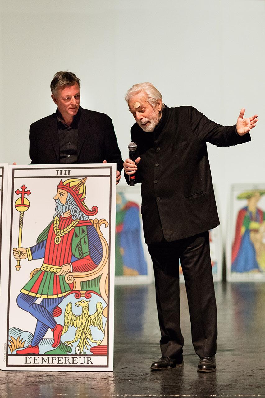 Jodorowsky sur scène avec la carte l'EMPEREUR du Tarot de Marseille psychomagie Part.3-Atlaneastro