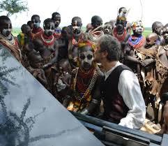 Marc Vela jouant du piano en Afrique-Atlaneastro