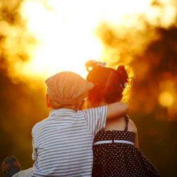 un petit garçon tient son amoureuse par l'épaule étreinte-Atlaneastro