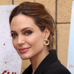 A Jolie cheveux auburn veste noire de profil réfugiés -Atlaneastro