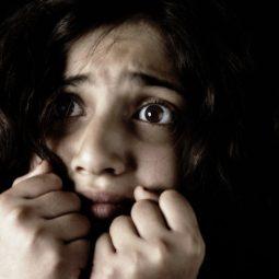 visage regard effrayé poing serrés la peur Part.1-Atlaneastro