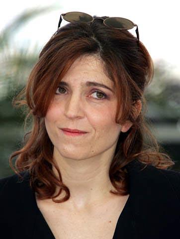 Agnès Jaoui auburn robe noire portrait engagée Part.1-Atlaneastro