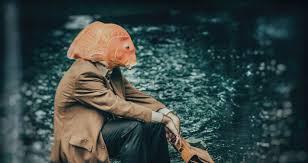 solastalgie un être perdu, assis parterre portant un masque de poisson rouge Part.1-Atlaneastro