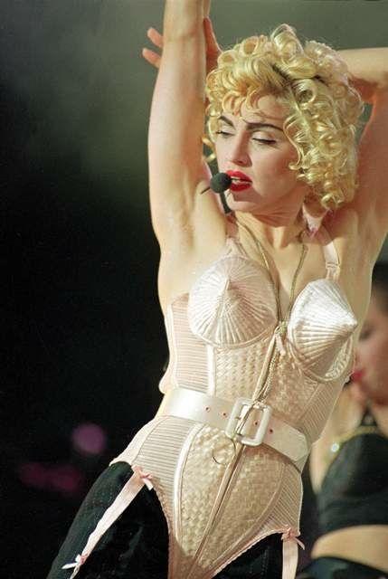 Madonna body seins conique sur scène Part.2-Atlaneastro