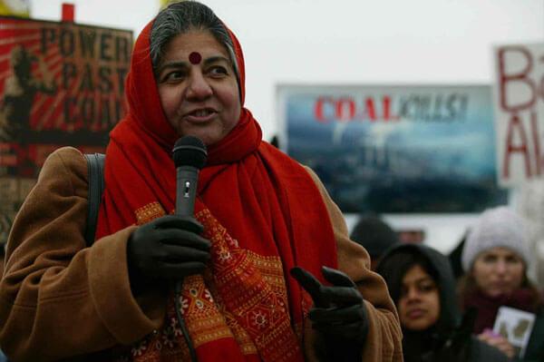 Vandana Shiva foulard rouge et micro dans la rue Part.1-Atlaneastro