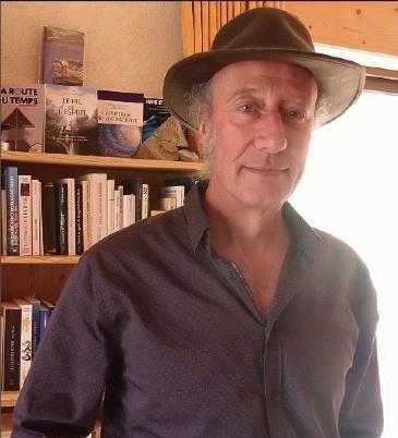 Guillemnt chapeau et bibliothèque dans le fond de l'image Part.2-Atlaneastro