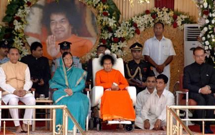 SaI Baba avec la Présidente de l'Inde Part.1-Atlaneastro
