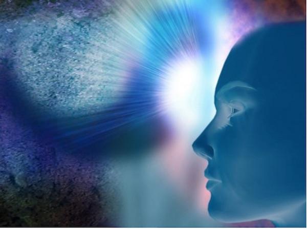 intuitions un visage ton bleu en fond un ciel lumineux )Atlaneastro