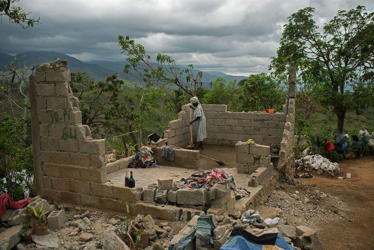 une femme nettoie sa maison bombardée viande Part.3-Atlaneastro