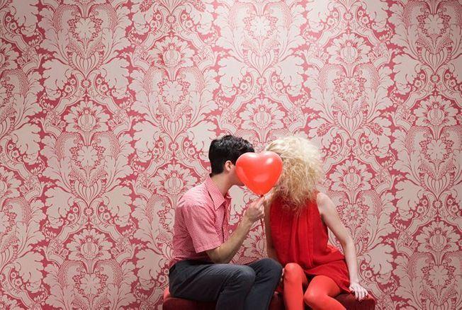 le sentiment amoureux fond tapisserie ancienne rose un couple assis s'embrasse un ballon coeur rose Part.1-Atlaneastro