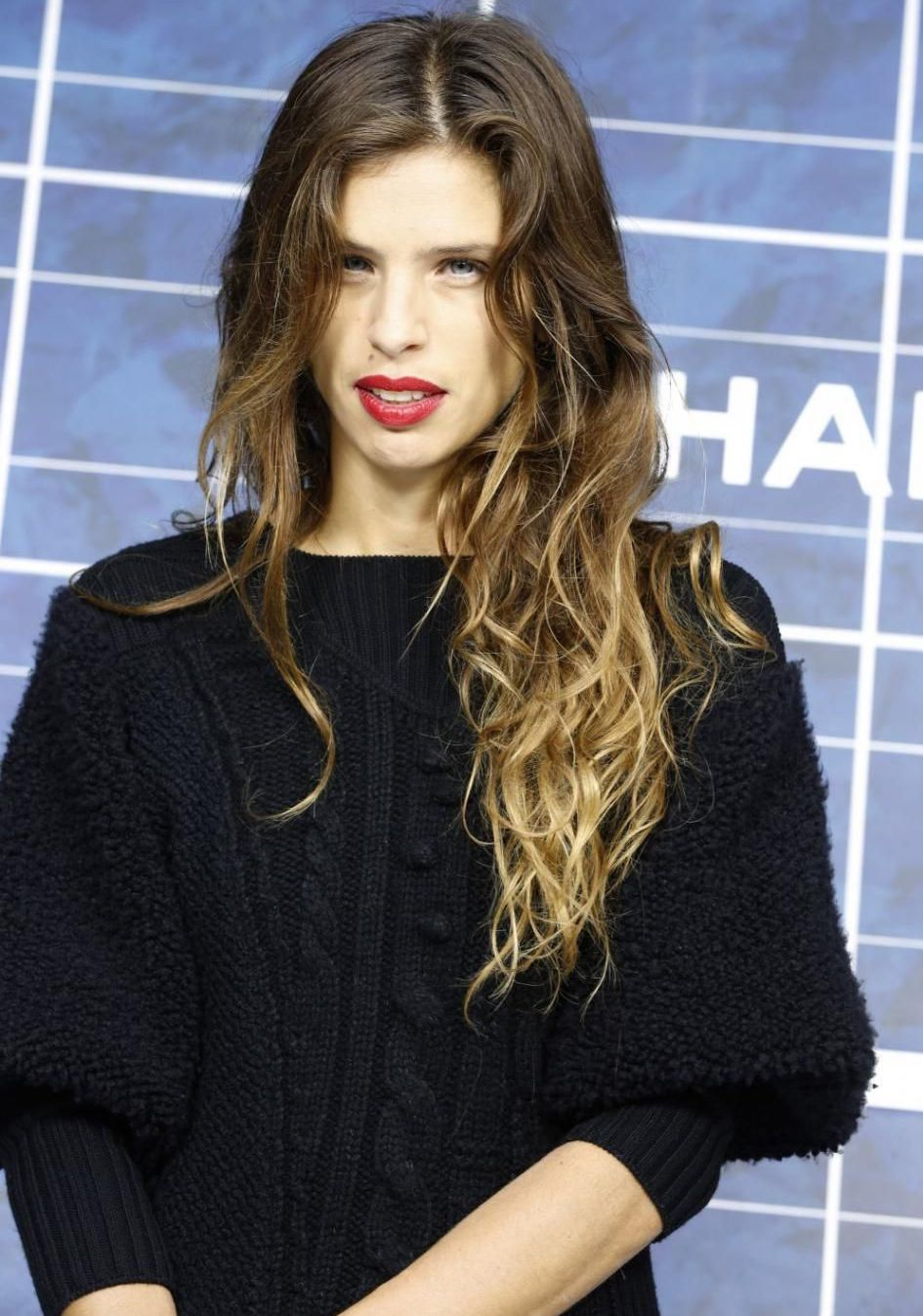 Maïwenn cheveux long pull noir panneau Chanel Part.1-Atlaneastro