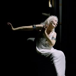 Eileen sur scène robe blanche fond noir Part.1-Atlaneastro