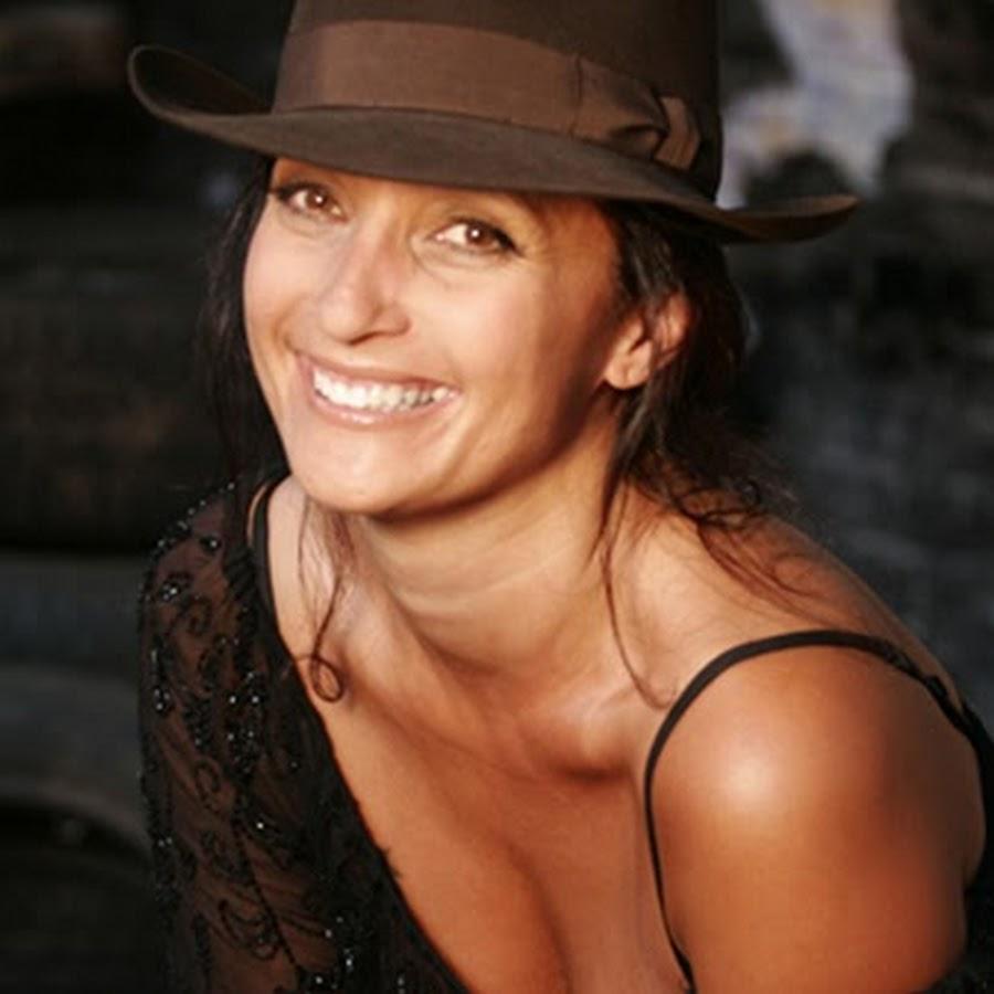 Lena ayal chapeau marron sourire Part.1-Atlaneastro