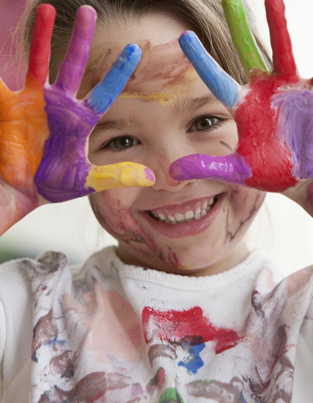 pédagogie école Montessori une fille mains et vêtement avec de la peinture part.2-Atlaneastro
