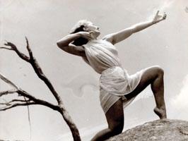 Eileen Kramer danse vétue d'une robe blanche Part.2-Atlaneastro
