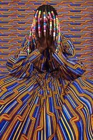 Thindiwe Muriu mannequin fondu dans le fond avec les mains devant le visage -Atlaneastro