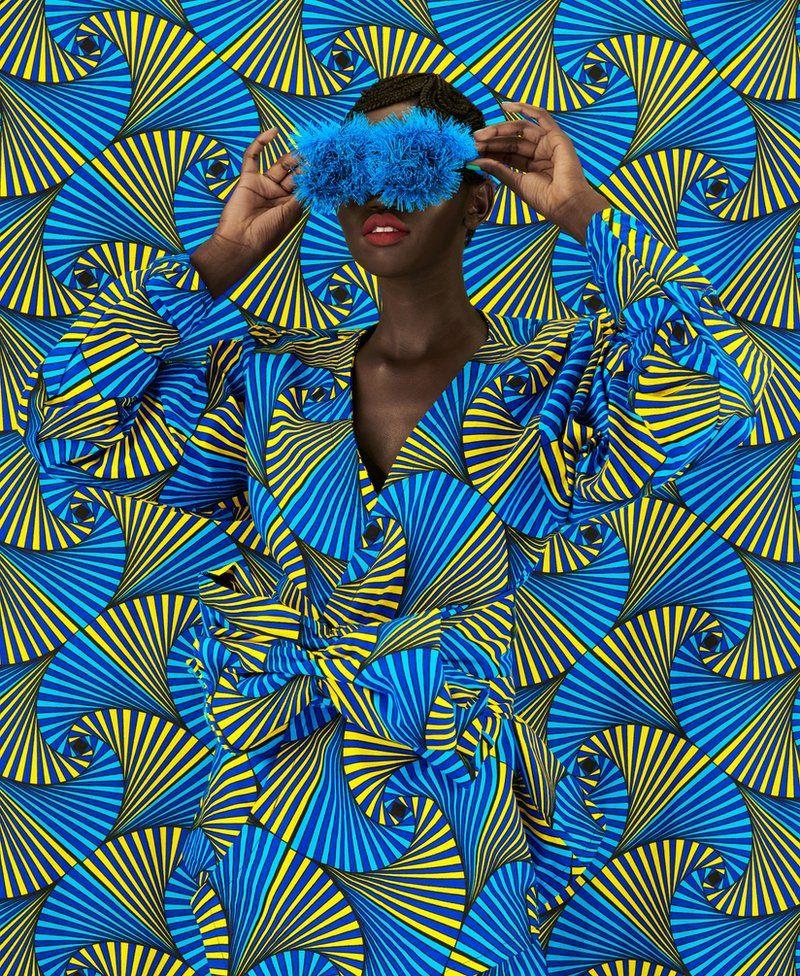Thandiwe Muriu tissu africain fond bleu mannequin fondu dans la photo-Atlaneastro