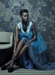 Thandiwe Muriu mannequin vêtue de bleu assise-Atlaneastro